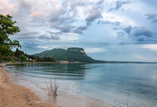 Fantasmi e luoghi misteriosi in Italia 01_lago_garda_la_rocca_th